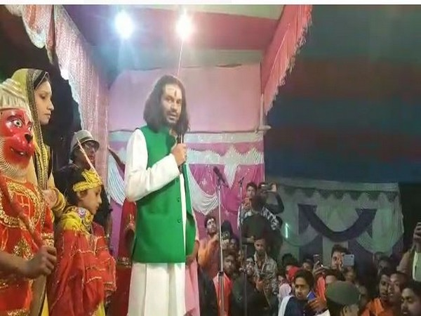 RJD leader Tej Pratap Yadav addresses crowd at Rajapakar area in Vaishali district ANI/Photo