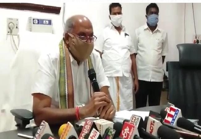 Srikalahasteeswara temple executive officer Chandrasekhar Reddy addressing media on Thursday. Photo/ANI