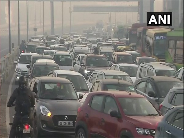 Traffic diversion at Akshardham for Noida in view of farmers' agitation at Ghazipur border. (Photo/ANI)