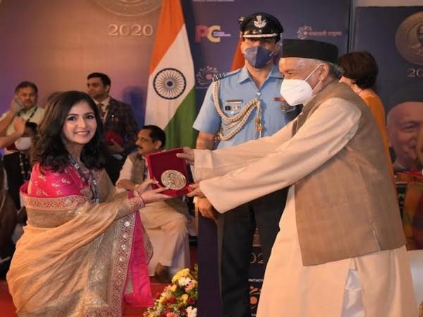 Dr Suyomi Shah getting felicitated by Bhagat Singh Koshyari