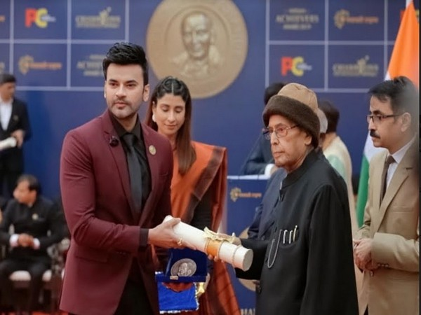Dr Abhinit Gupta receiving his award from Dr Pranab Mukherjee