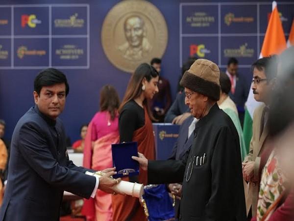 Dilip Kumar receiving his award from Dr Pranab Mukherjee