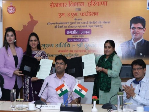 Seema Kaushik, Director, Department of Employment, Haryana signing an MoU with Dr Payal Kanodia, Trustee, M3M Foundation, in the august presence of Deputy Chief Minister, Haryana, Dushyant Chautala