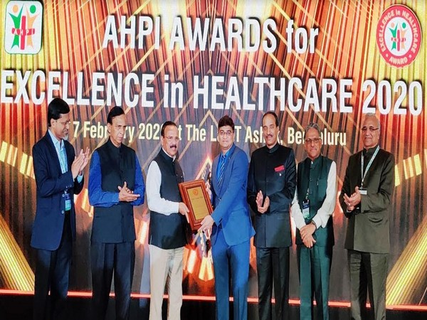 D V Sadananda Gowda - Union Minister of Chemicals Fertilizers, Govt of India presenting Award to Dr Shashikant Pawar - GM (Operations) at Dr L H Hiranandani Hospital