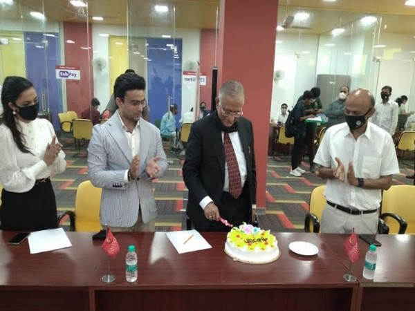 Suneel Galgotia Chancellor Galgotias University Welcomes Justice J.R. Midha along with Mr. Dhruv Galgotia CEO Galgotias University in a cake cutting ceremony