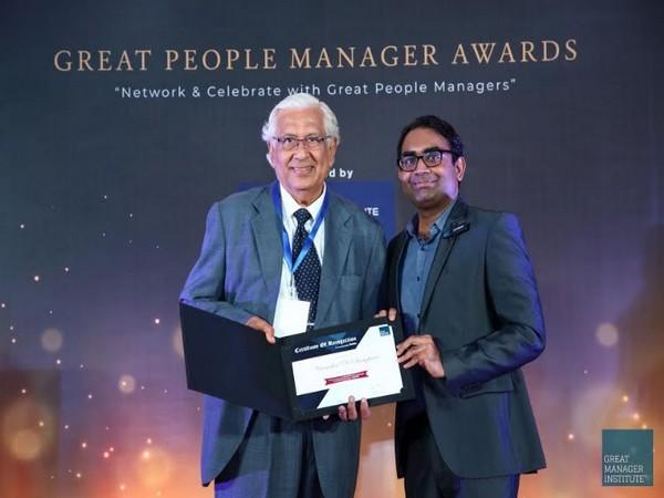 Virendra Sanghavi receiving Award from Ashwin Srivastava Co-founder, Great Manager Institute