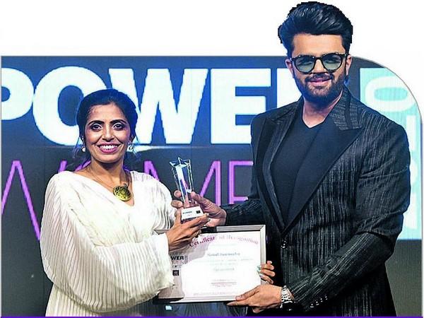 Manish Paul felicitating Sonal Barmecha for being a successful restaurateur