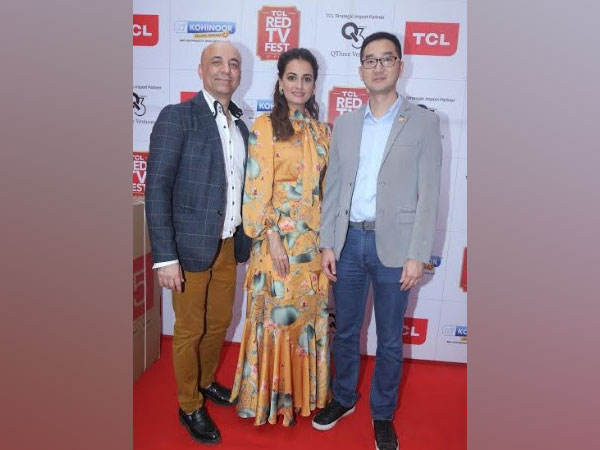 Vishal Mewani, Director, Kohinoor Televideo along with Dia Mirza and Eason Cai, SRSC Head, from TCL
