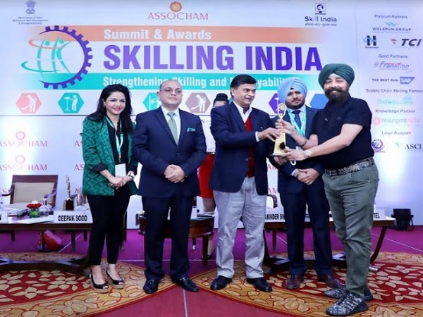 KS Kohli, Founder & Non-Executive Chairman of Frankfinn Group received the award from Raj Kumar Singh, Minister of State for Skill Development and Entrepreneurship, Government of India