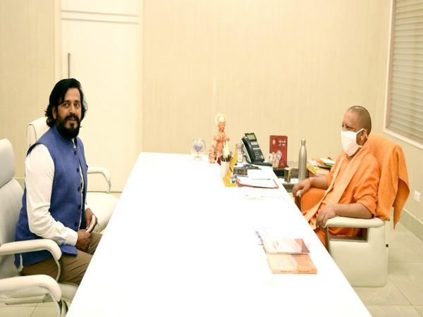 Ravi Kishan with Yogi Adityanath in Gorakhpur.