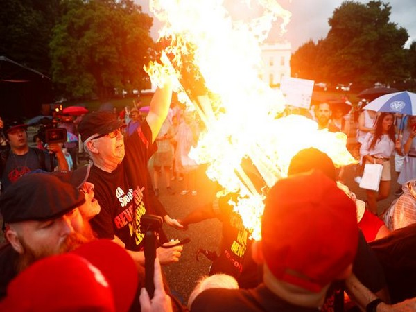 Protesters burning US flag outside the White House on July 4 (Photo/Reuters)