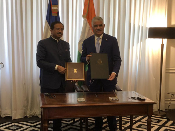 MoS for External Affairs V Muraleedharan (L) and External Relations Minister of Dominican Republic Miguel Vargas. (Photo: Muraleedharan twitter handle)