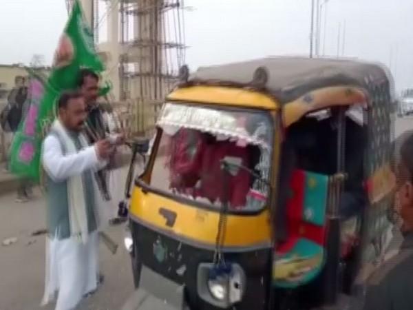 Protesters vandalising an auto-rickshaw during Bihar bandh on Saturday. Photo/ANI