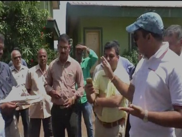 Vijai Saradesai knocking off at government officer's ringing phone