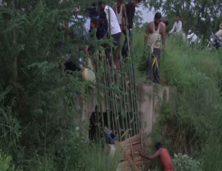 Villager blocking the inlet of a culvert in a village in Darbhanga, Bihar. Photo/ANI