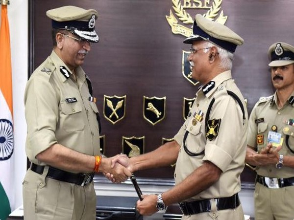 Indian Police Service (IPS) Vivek Kumar Johri, left, taking charge as BSF DG from Rajni Kant Misra in New Delhi on Saturday. Photo/ANI