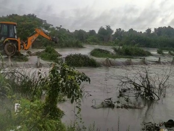 Heavy rains in multiple districts in Andhra - People Suffering