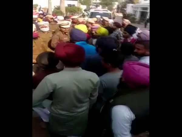 Farmers utside Panjokhra Sahib Gurudwara raising solgans against state minister Anil Vig (Photo/ANI)