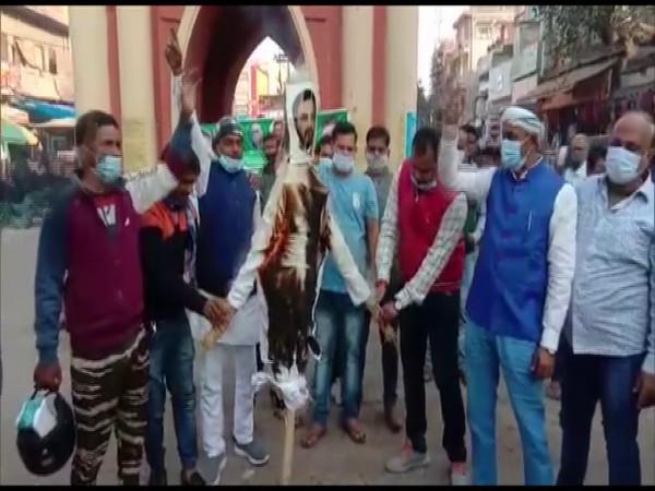 JD(U)'s youth wing burns Tejashwi Yadav's effigy in Gaya (photo/ANI)