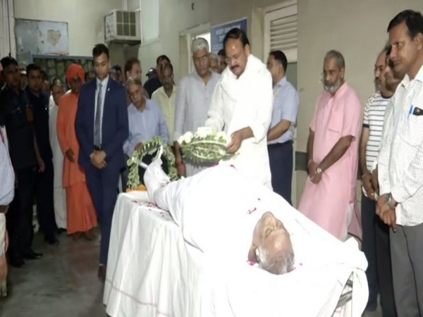 Vice President M Venkaiah Naidu paid tributes to Rajasthan BJP chief Madan Lal Saini in Delhi on Saturday. Photo/ANI