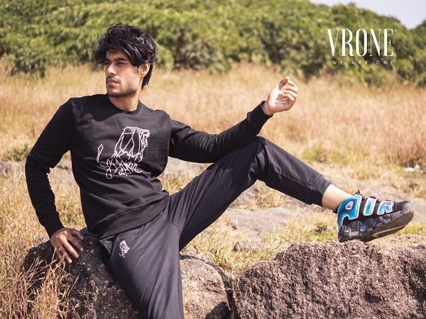 Conveniently delivered together, this black tracksuit consists of a sweatshirt and a pair of joggers. It's ready to see you through casual days in style, it's made up of a sweatshirt and pant duo