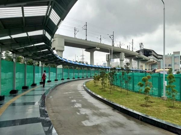 The new walkway linking Delhi Metro's Blue Line with Noida Metro's Aqua Line (Photo Credits: DMRC Twitter)