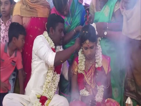 Bride Anju and bride-groom Sarath during the wedding ceremony in Cheravally Muslim Jamaat mosque in Kayamkulam, Kerala (Photo/ANI)
