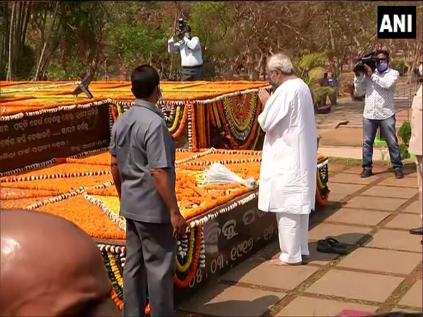 Odisha Chief Minister Naveen Patnaik paying floral tribute to his father and former CM Bijayananda Patnaik on his 105th birth anniversary