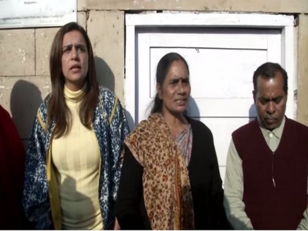 Nirbhaya's mother (middle) along with Yogita (right) at Patiala House Court.