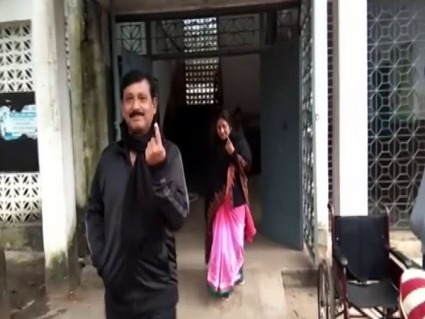 People coming out of polling booth in Bokaro after voting in the fourth phase of Jharkhand Assembly polls on Monday. Photo/ANI