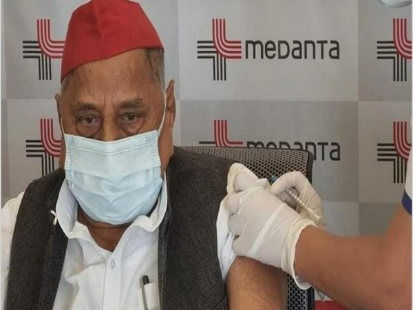 Former Uttar Pradesh Chief Minister and SP leader Mulayam Singh Yadav receiving first dose of Covid vaccine. (Photo/ANI)
