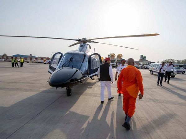 SP chief Akhilesh Yadav with 'baba' resembling UP CM Yogi Adityanath (pic courtesy-Twitter Akhilesh Yadav)