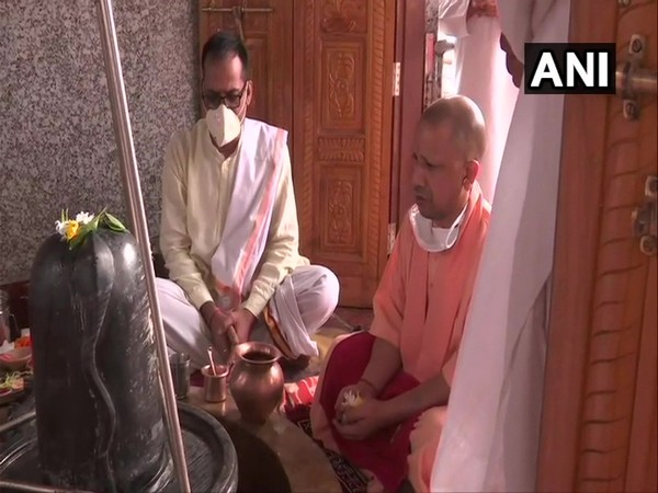 Uttar Pradesh Chief Minister Yogi Adityanath offering prayers at Mansarovar Temple in Gorakhpur on Monday. [Photo/ANI]