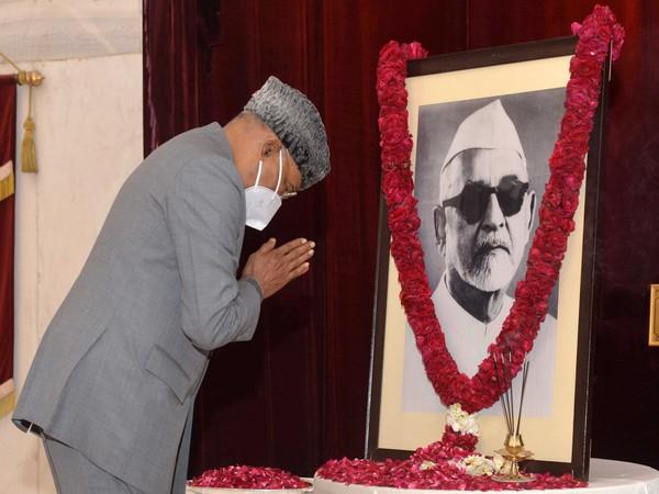 Visual of President Ram Nath Kovind at Rashtrapati Bhavan paying floral tributes to former President of India, Zakir Hussain (Photo/PIB)