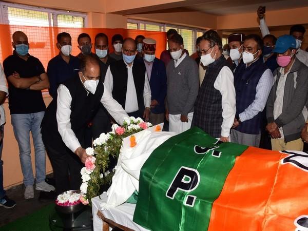 Himachal Pradesh CM Jairam Thakur paying floral tributes to Narinder Bragta (Photo/Twitter)